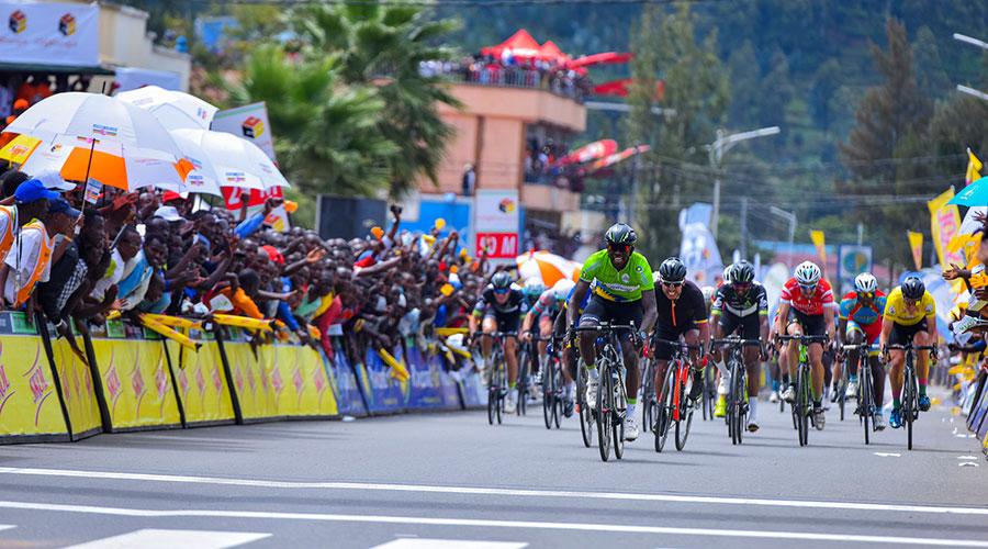 Valentin (sur la droite) à quelques petites longueurs du vainqueur de l'étape, le maillot vert Joseph Areruya.